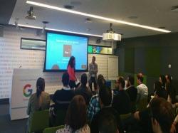 Overalia dando un ponencia como caso de éxito de Google